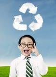 Le garçon avec réutilisent le symbole Photo stock