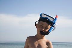 Le garçon avec un masque sous-marin Images stock
