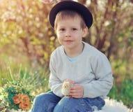 Le garçon avec un poulet Photographie stock libre de droits