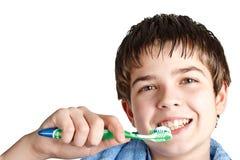 Le garçon avec une brosse à dents. photographie stock libre de droits