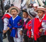 Le garçon baîlle tandis que d'autres semblent ennuyeux pendant le défilé de Noël Image stock