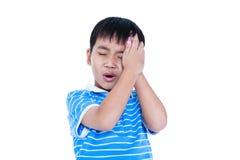 Le garçon beau asiatique ont un mal de tête Sur le fond blanc Photos stock