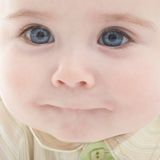 le garçon bleu de chéri observe la verticale joyeuse photos stock