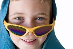 le garçon bleu observe la verticale Images stock