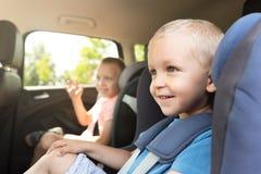 Le garçon a bouclé dans le siège de voiture Photo libre de droits