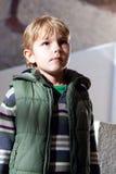 Le garçon considérant prudemment ce qui photo libre de droits