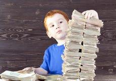 le garçon construit la tour, photos libres de droits