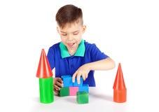 Le garçon construit une maison des cubes photos libres de droits
