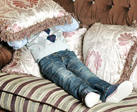 Le garçon couvre son visage d'oreiller Photos libres de droits