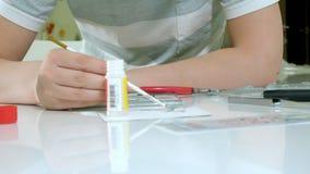 Le garçon crée un avion modèle en plastique, une copie précise, du concepteur clips vidéos