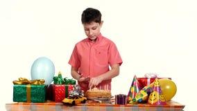 Le garçon a décoré des bougies de gâteau d'anniversaire Tableau répandu banque de vidéos