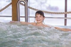 Le garçon d'enfant détendent dans un bain photographie stock libre de droits