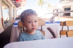 Le garçon d'enfant en bas âge mange la crème glacée  photo libre de droits
