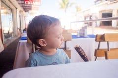 Le garçon d'enfant en bas âge mange la crème glacée  photos libres de droits