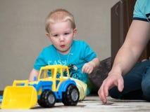 Le garçon d'enfant et son père jouent avec des jouets ensemble Photographie stock libre de droits