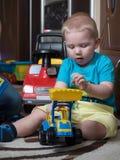 Le garçon d'enfant et son père jouent avec des jouets ensemble Image libre de droits
