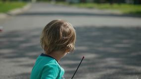 Le garçon d'enfant joue avec la voiture de jouet de rc clips vidéos