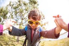 Le garçon dans des lunettes de soleil Images stock