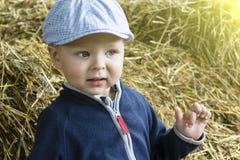 Le garçon dans des vêtements quotidiens Photo libre de droits