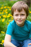 Le garçon dans l'herbe. Photographie stock libre de droits