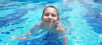 Le garçon dans la piscine Photo stock