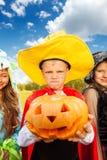 Le garçon dans le costume de Halloween avec le chapeau fait le visage Images libres de droits
