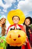 Le garçon dans le costume de Halloween fait le visage Images libres de droits