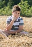Le garçon dans le domaine d'automne photo libre de droits