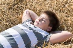Le garçon dans le domaine d'automne photo stock