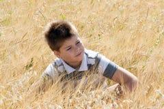 Le garçon dans le domaine d'automne images stock