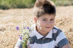 Le garçon dans le domaine d'automne image libre de droits