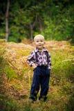 Le garçon dans les bois Image stock