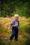 Le garçon dans les bois Photos stock