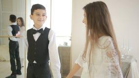 Le garçon de l'adolescence donne à une fille un cadeau pendant des vacances, mains de prise Retenir un coeur banque de vidéos