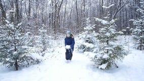 Le garçon de l'adolescence jette la neige dans le mode de vie actif de forêt d'hiver, activité d'hiver, concept extérieur de jeux banque de vidéos