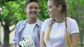 Le garçon de l'adolescence tard pour la date mais donne des fleurs à l'amie, surprise agréable clips vidéos