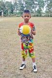 Le garçon de l'Asie se tient sur le champ Photo stock