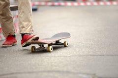 Le garçon de patineur monte sur le concours de patin d'été extérieur images stock