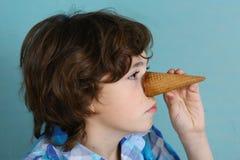 Le garçon de Pteteen font le piniccio avec le cornet de crème glacée Image stock