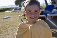 Le garçon de sourire. Image stock