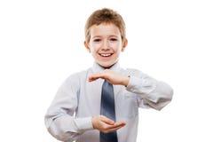 Le garçon de sourire d'enfant remettent tenir la sphère ou le globe invisible Photos stock