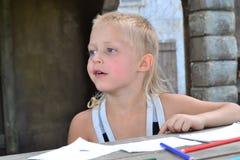 Le garçon dessine photographie stock