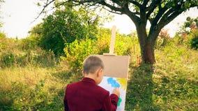 Le garçon dessine sur la nature banque de vidéos