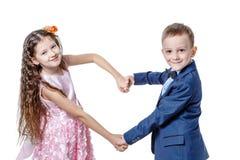 Le garçon donne à une fille des fleurs le jour du St valentine Photo libre de droits