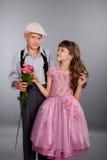 Le garçon donne une fleur à la fille Images stock