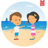 Le garçon donne une fleur à la fille sur la plage Photos stock