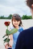 Le garçon donne une petite fille s'est levé photographie stock libre de droits