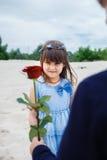 Le garçon donne une petite fille s'est levé photographie stock