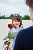 Le garçon donne une petite fille s'est levé photos libres de droits