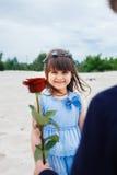 Le garçon donne une petite fille s'est levé images libres de droits